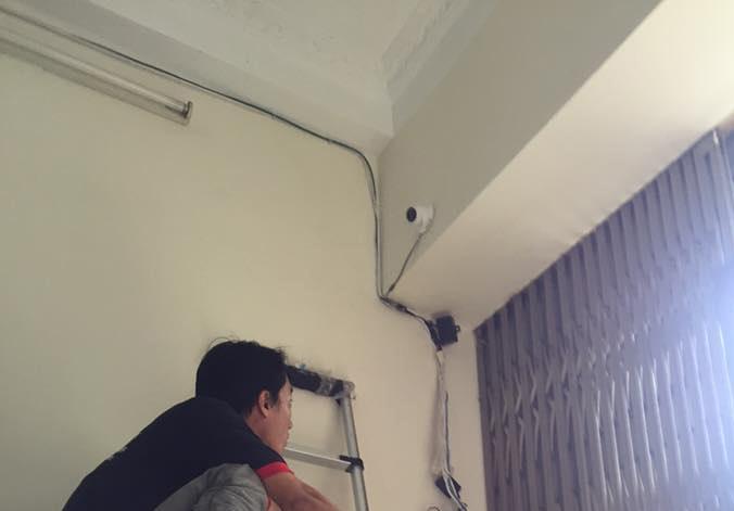 bố trí lắp camera giám sát ở góc nhà từ ngoài nhìn vào